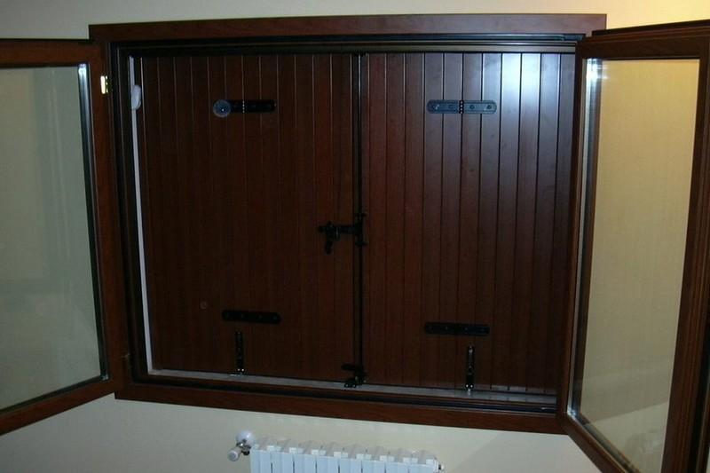 Scuri in alluminio effetto legno con chiusura tradizionale for Scuri in legno prezzi online